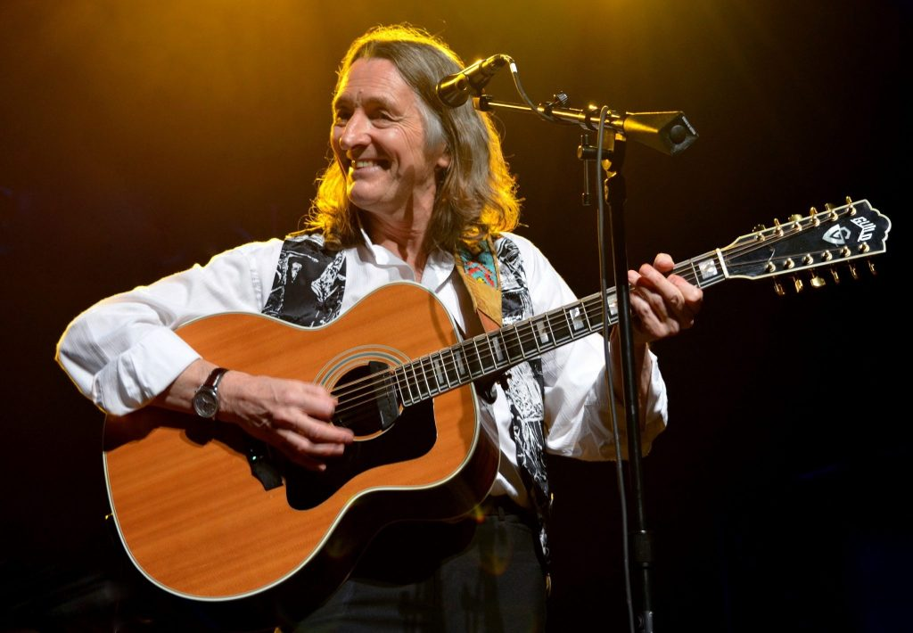 roger-hodgson-playing-guitar