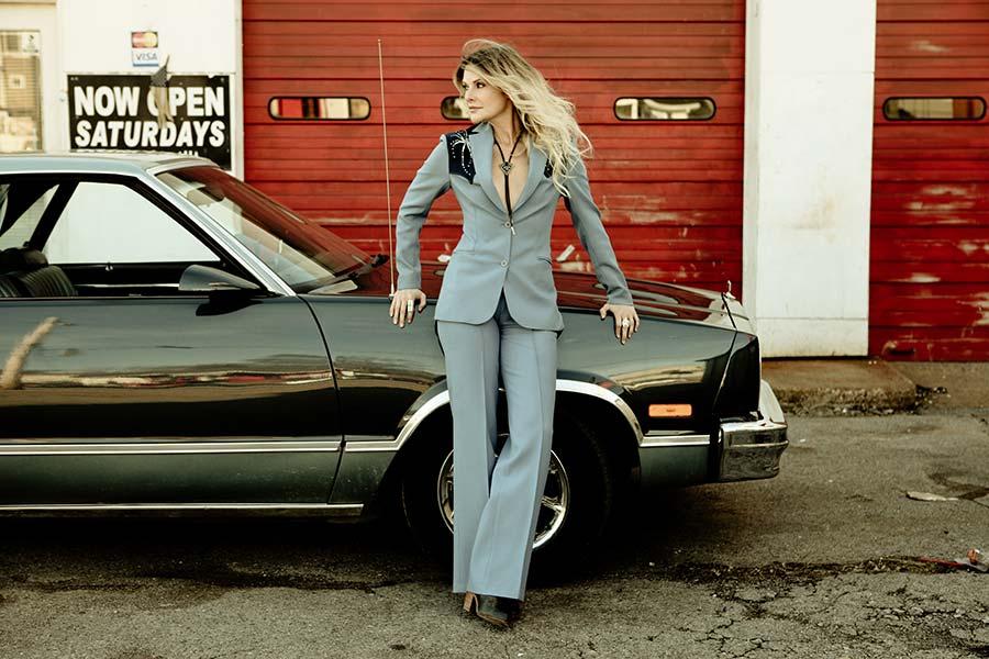 elizabeth-cook-leaning-on-car
