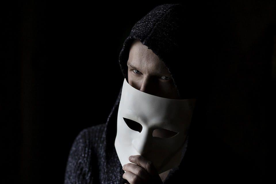 scam-artist-in-mask